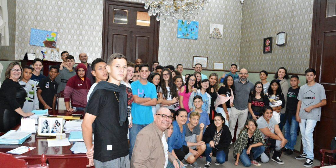 Prefeito Tito Livio Jaeger Filho (em pé, 7º dir) convidou os jovens para participar da reunião com o grupo de vereadores. Foto: Cleusa Silva.