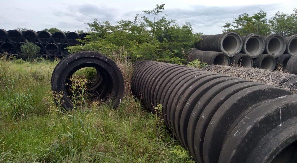 Canos para futuras obras estão há anos jogados em um terreno baldio no bairro Funil, em Parobé Fotos:  Fábio Machado