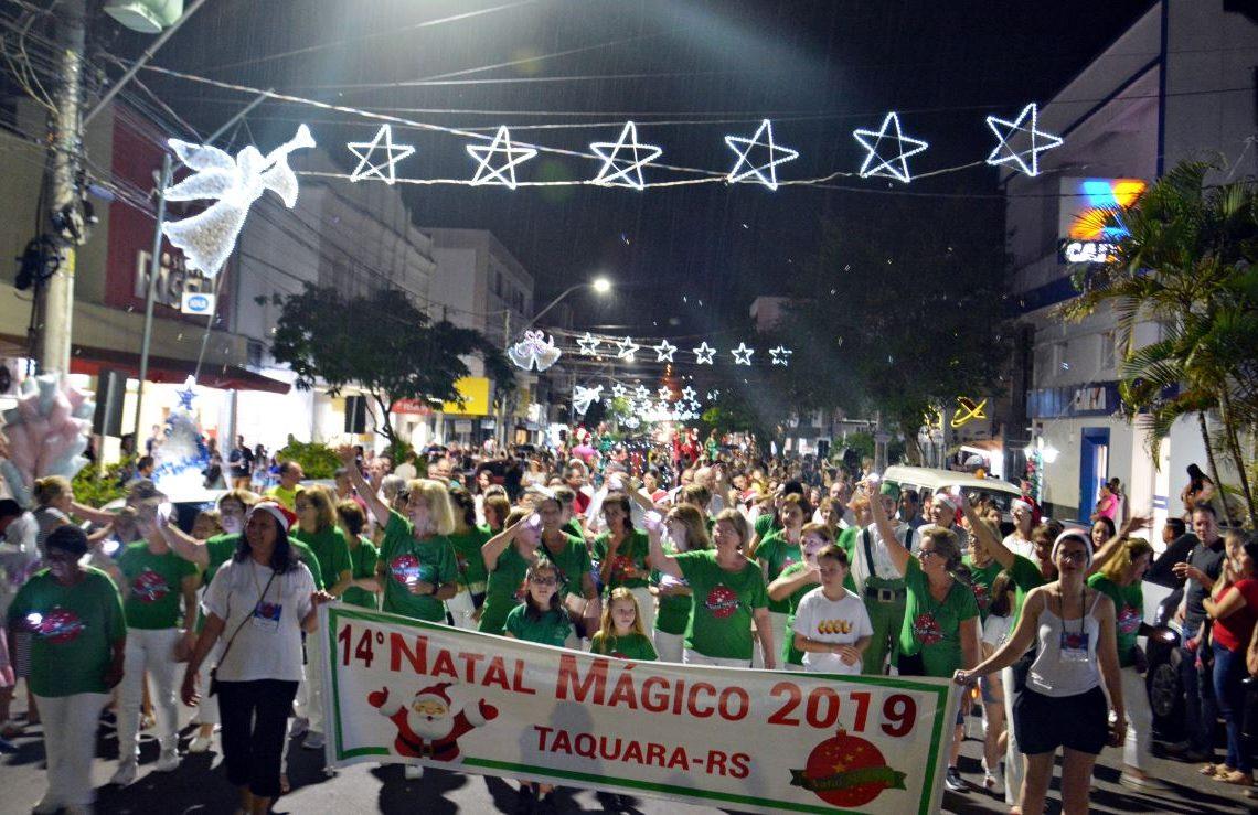 Voluntárias do Natal vieram à frente da Caminhada de Luz, seguidas por autoridades municipais, artistas e comunidade em geral Foto: Cleusa Silva