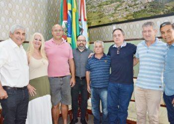Prefeito Tito Livio Jaeger Filho (4º esq) empossa Sérgio Prates de Moraes (4º dir) como Secretário de Meio Ambiente Foto: Cleusa Silva