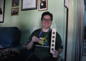 Karoline exibindo a medalha conquistada no Camp. Brasileiro de Tiro Esportivo, em 2015 Foto: Lilian Moraes