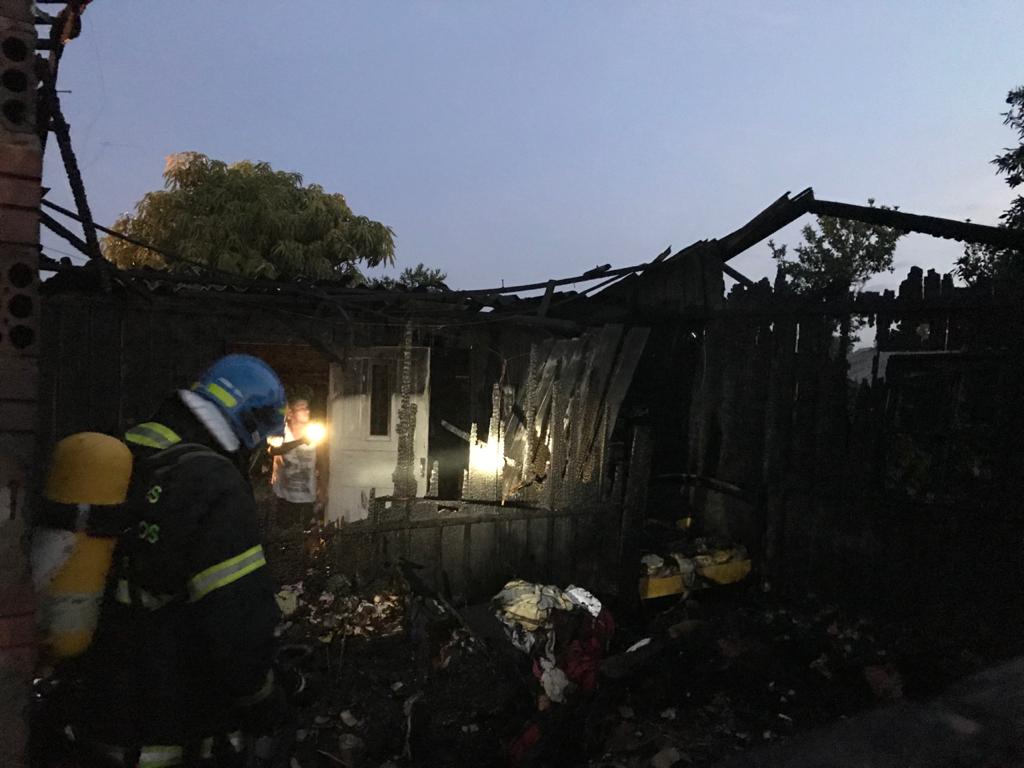 Casa, móveis e roupas Casa, móveis e roupas dos moradores foram dos moradores foram consumidos pelo fogo consumidos pelo fogo Foto:  Lilian Moraes