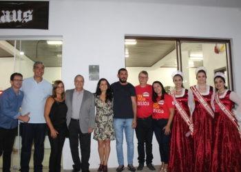 Autoridades e soberanas inaugurando a Kuchenhaus, casa onde as cucas estão sendo comercializadas na festa Foto: Lilian Moraes/Grupo Repercussão