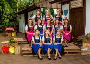 Candidatas a soberanas da Oktoberfest no registro da foto coletiva realizado em uma das primeiras atividades do workshop de preparação no mês de março Foto: Juliano Arnold