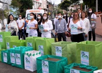 Voluntários, dentre eles funcionários e apoiadores, permanecem durante o dia todo na rua Júlio de Castilhos aguardando doações Foto: Magda Rabie