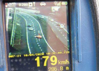 Ferrari flagrada a 179 km/h na RS-239