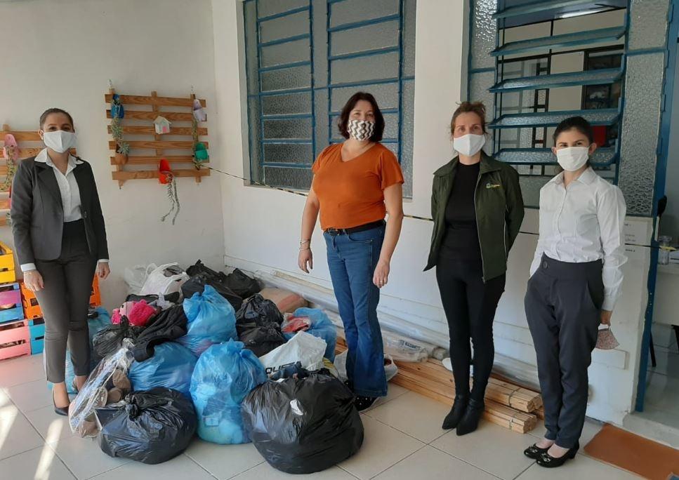 Momento da entrega realizada pelas colaboradoras do Sicredi para a assistência social Foto: Sicredi Nordeste RS/Divulgação