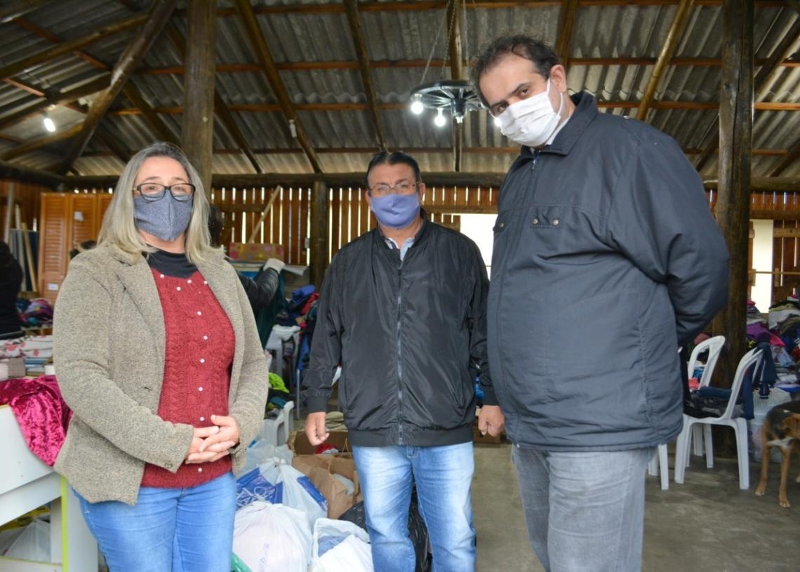 Vice-prefeito recebeu donativos arrecadados por servidores do Legislativo Foto:  Eduarda Rocha/Assessoria de Comunicação