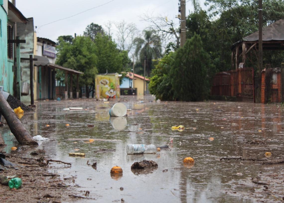 Lixo arrastado pelas correntezas no bairro Santa Maria, em Taquara.  Foto: Lilian Moraes