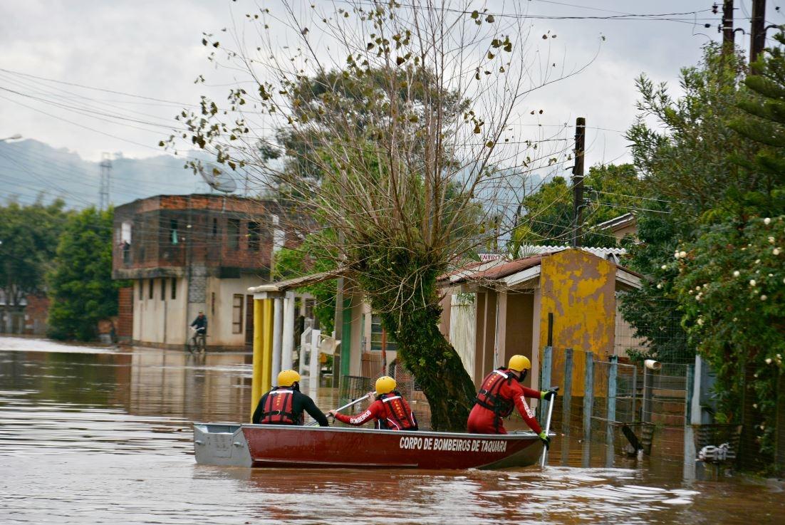 Soldados da corporação de Taquara procuram por moradores do bairro Santa Maria que precisem de resgate Foto: Cleusa Silva