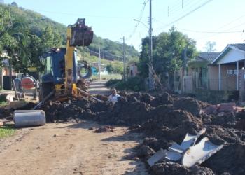 Equipe trabalhando na colocação dos canos na rua Caibaté Fotos: Melissa Costa