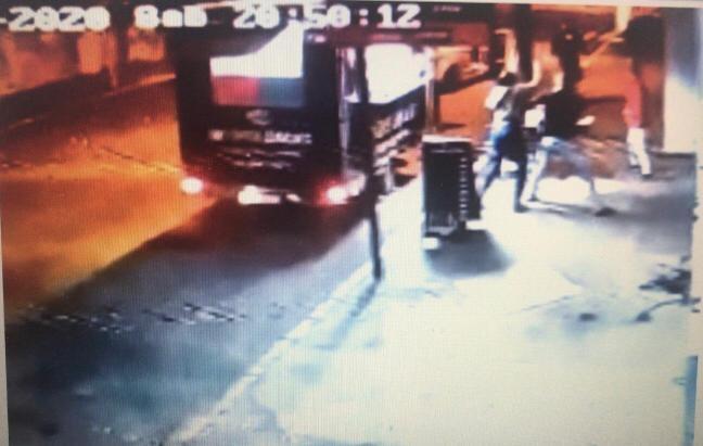 Imagens de câmera de segurança flagraram parte das agressões à vítima Foto: Reprodução