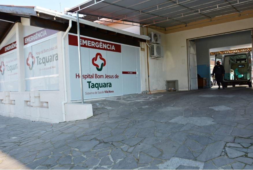 No local de entrada das ambulâncias, ao lado da nova recepção, foi instalada uma cobertura feita com estrutura metálica e cobertura de lona vinílica Foto: Cleusa Silva