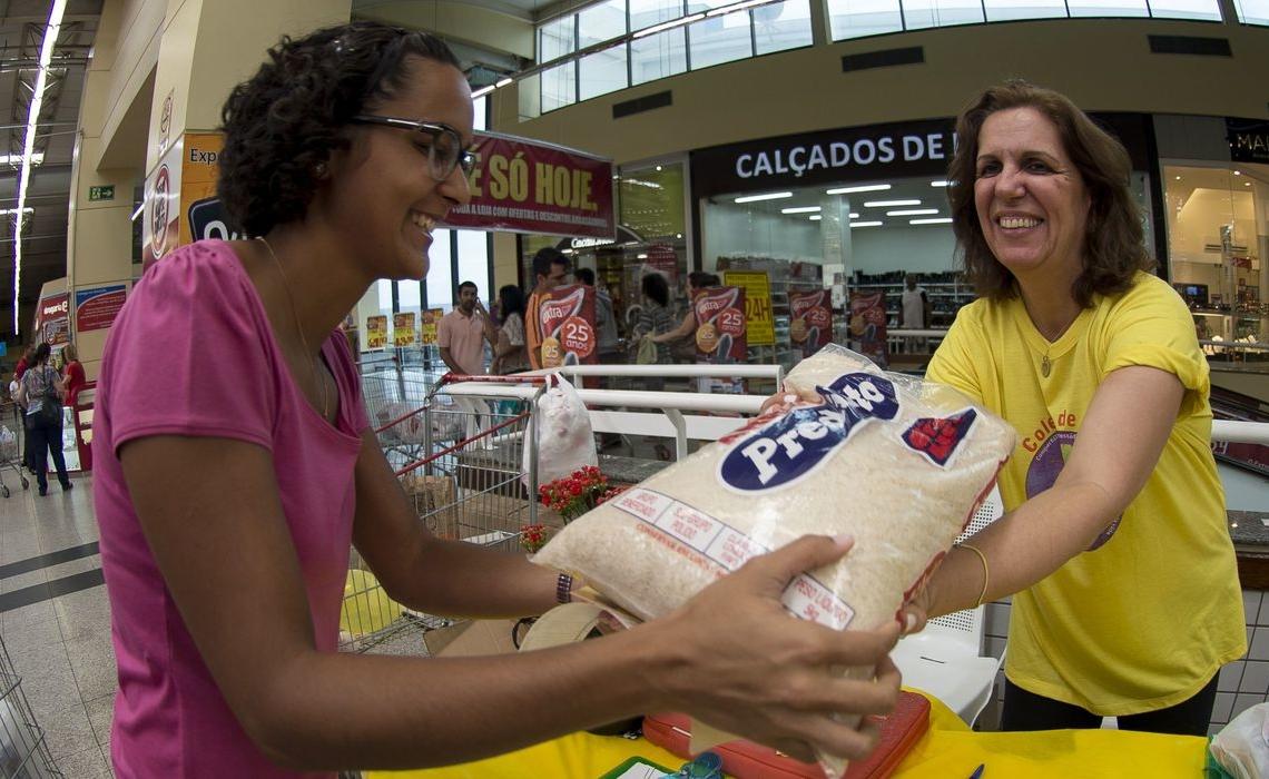 Amanda Lopes, faz doação no Dia Nacional de Coleta de Alimentos. Na ação, voluntários recebem doações em supermercados de 60 cidades do País (Marcelo Camargo/Agência Brasil)