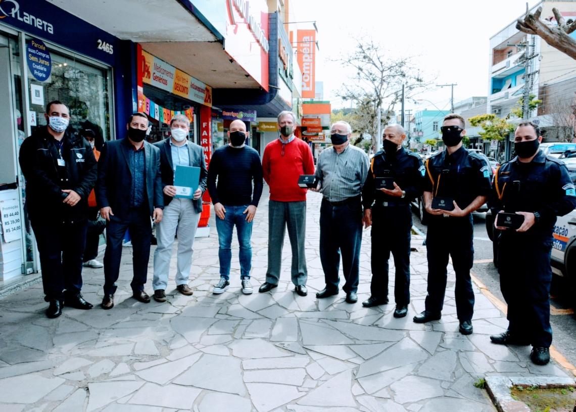 Representantes da Prefeitura, do Consepro e da empresa DITEC durante a entrega das boby cams aos agentes de trânsito Foto: Magda Rabie