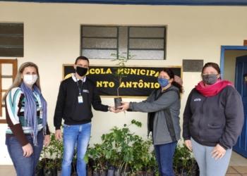 Equipe do Meio Ambiente faz entrega de mudas na EMEF Santo Antônio Foto: Cassia Souza