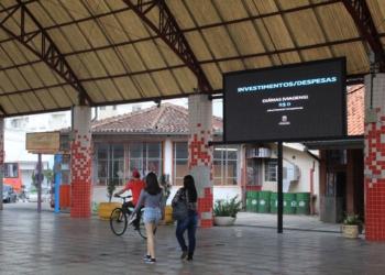Painel fica na rua coberta da Praça 1º de Maio, no Centro | Fotos: Matheus de Oliveira