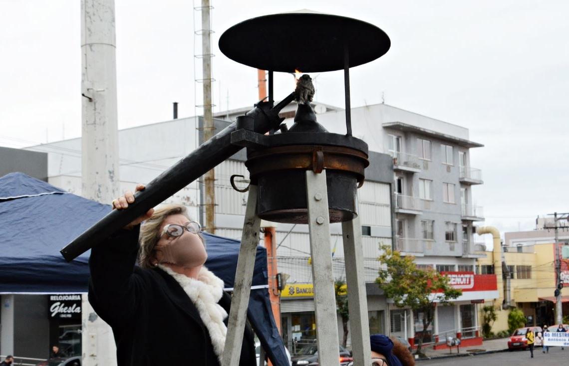 """Pira instalada na Praça Marechal Deodoro foi acendida por Clea Koch, esposa do """"profe"""" Edmar Foto: Cleusa Silva"""