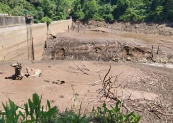 Lodo acumulado na represa invadiu grande extensão do leito do rio Foto: Patram / Sd. Alexander de Freitas