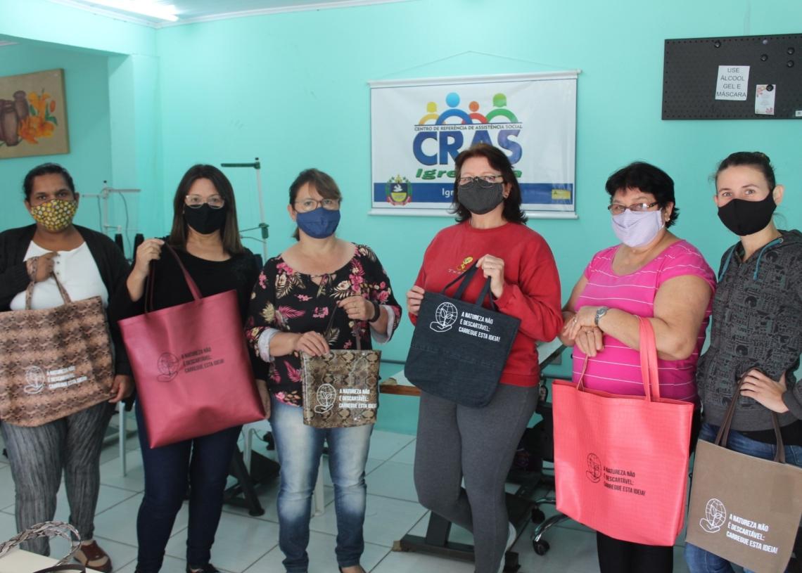 Parte do grupo de voluntárias que produzem as bolsas Foto: Lilian Moraes