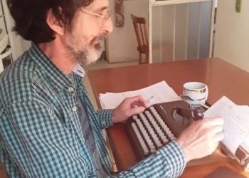 """Luiz começou a utilizar a máquina de escrever aos 15 anos. Hoje, aos 56, ainda faz uso para """"fugir"""" do computador. Foto: Arquivo/Luiz Haiml"""