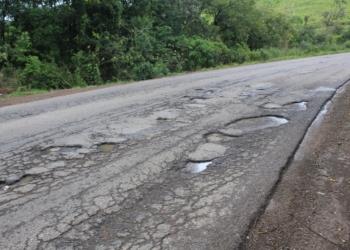Asfalto apresenta buracos em inúmeros trechos da rodovia. Linha de divisão da pista desapareceu em meio ao desgaste. Fotos: Matheus de Oliveira