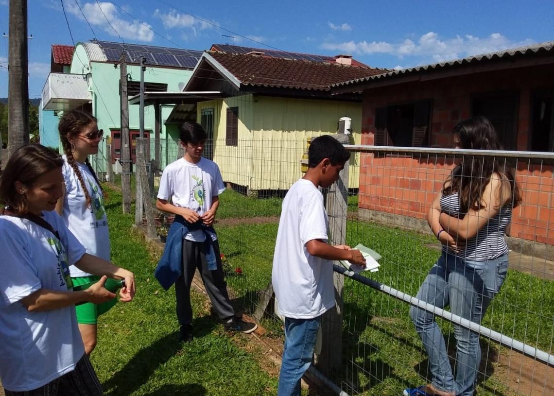 Alunos realizando o projeto Ambientalistas Mirins. Ação está suspensa desde março devido à pandemia Foto: Divulgação/PMR