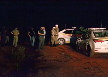 Corpo do tenente foi localizado em meio ao chão batido e matagal. Na foto, policiais civis e militares logo após a localização (Foto: Melissa Costa)
