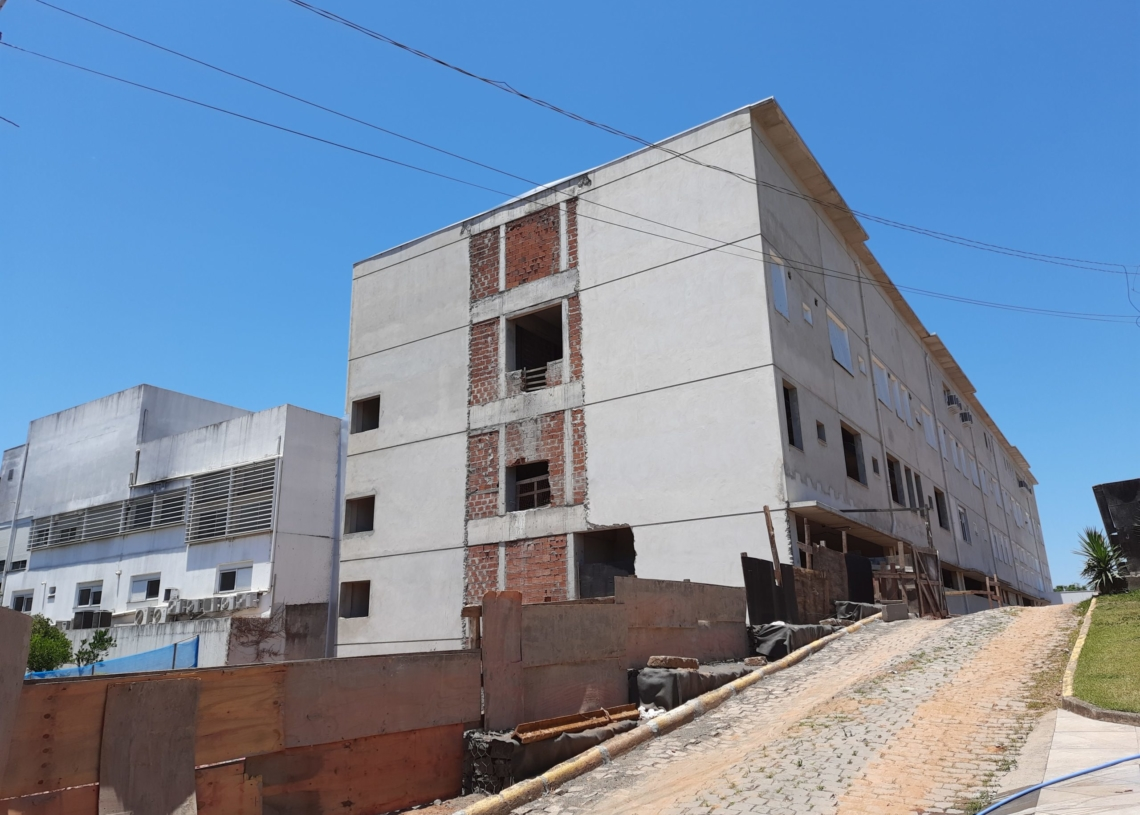 Quem passa pelo Hospital Sapiranga, já consegue ver a cara do novo prédio, ainda em obras Foto: Henrique Ternus