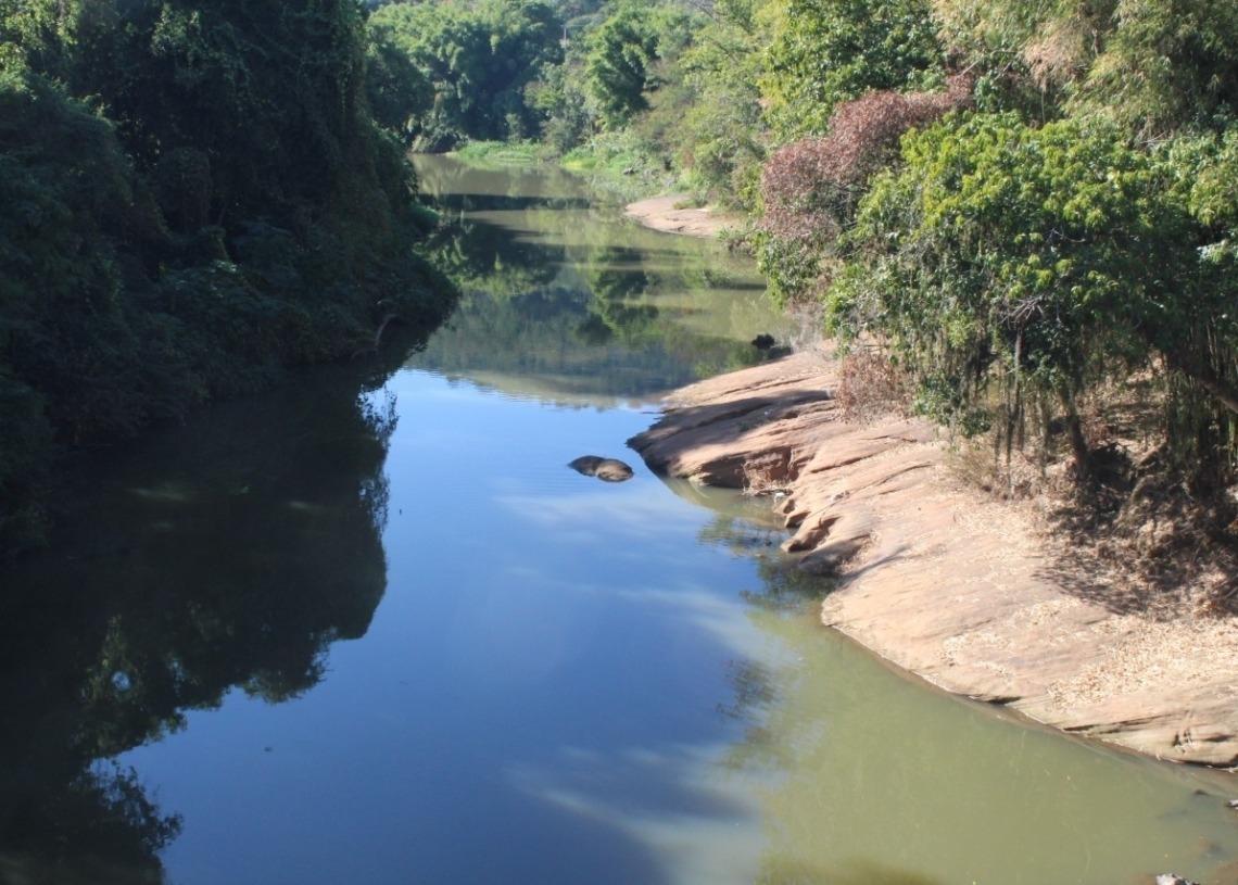 Cascalho à mostra com baixo nível do Rio Paranhana em maio passado, em Igrejinha | Foto: Matheus de Oliveira