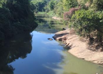 Cascalho à mostra com baixo nível do Rio Paranhana em maio passado, em Igrejinha   Foto: Matheus de Oliveira
