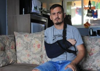 Regis aguarda para fazer a sua terceira cirurgia no braço  Foto: Lilian Moraes
