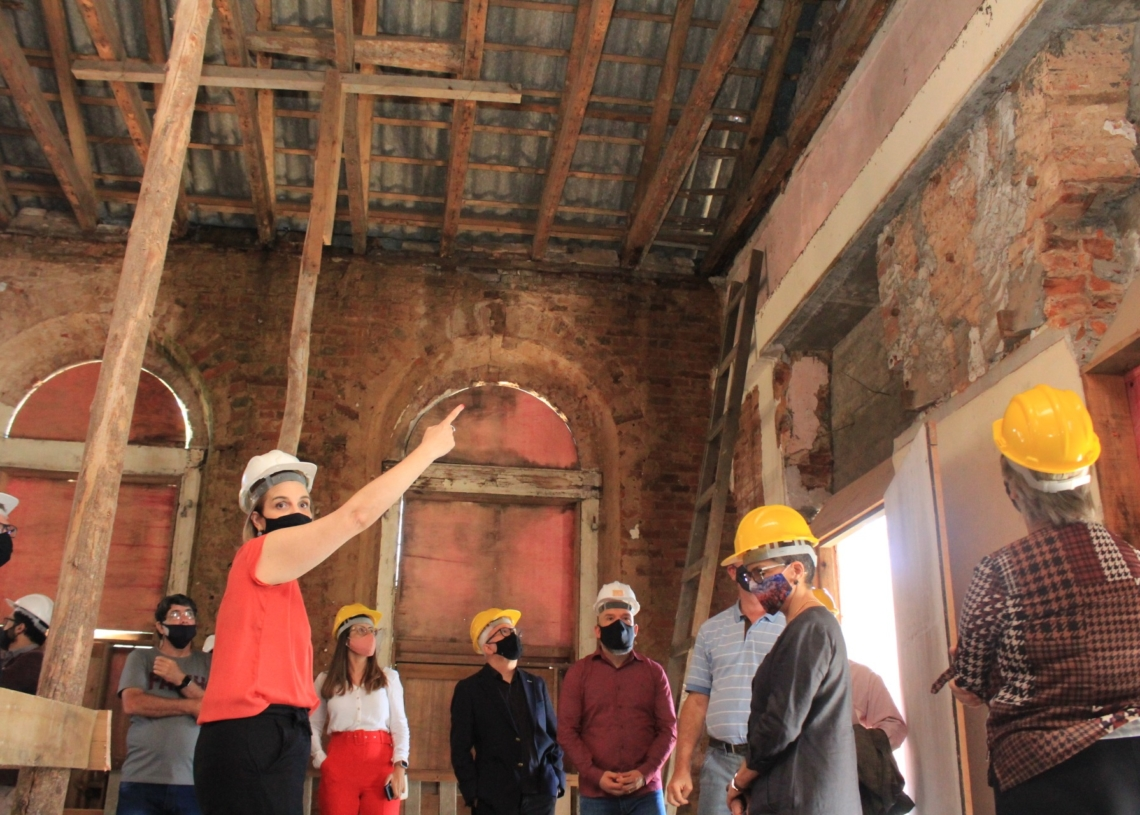 Gestora cultural da empresa responsável pelo restauro, Cristina Schneider explica detalhes da recuperação. Fotos: Matheus de Oliveira