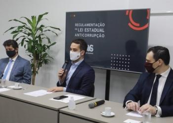 Leite assina decreto ao lado do deputado Tiago Simon (E), autor da proposta, e do procurador-geral Eduardo Cunha da Costa (D) - Foto: Itamar Aguiar/Palácio Piratini