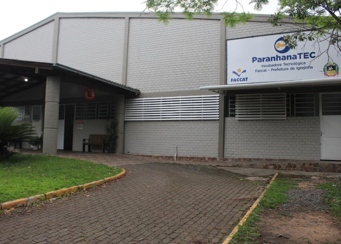Externamente a estrutura foi pintada e recebeu uma placa de identificação Foto: Lilian Moraes