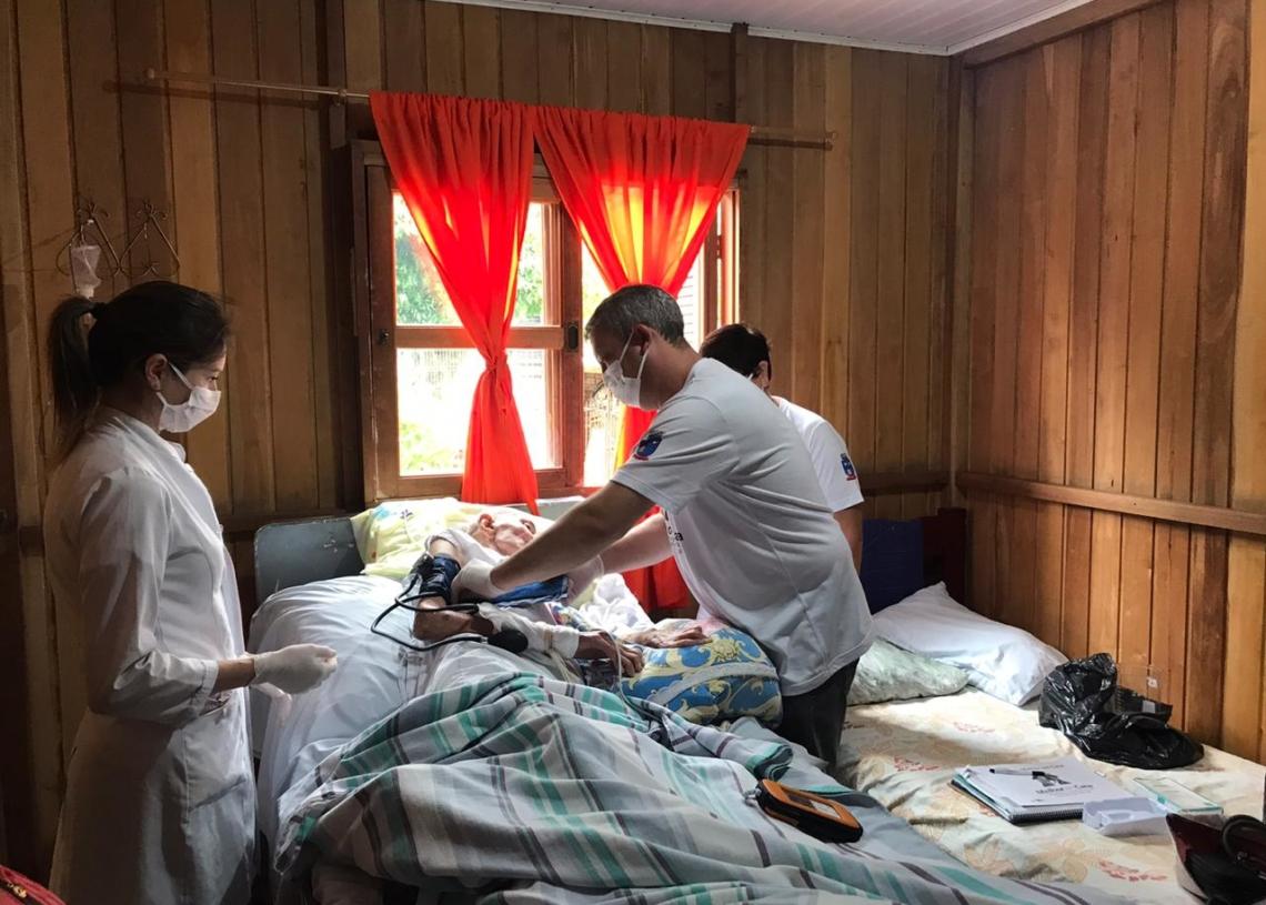Equipe atendendo o seu Adão, que há três anos está acamado recebendo o acompanhamento Foto:  Matheus de Oliveira