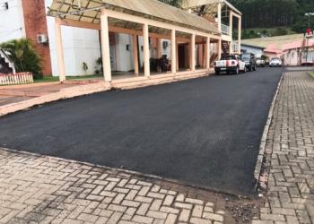 Camada de asfalto sobre o estacionamento da prefeitura.  Foto: Matheus de Oliveira