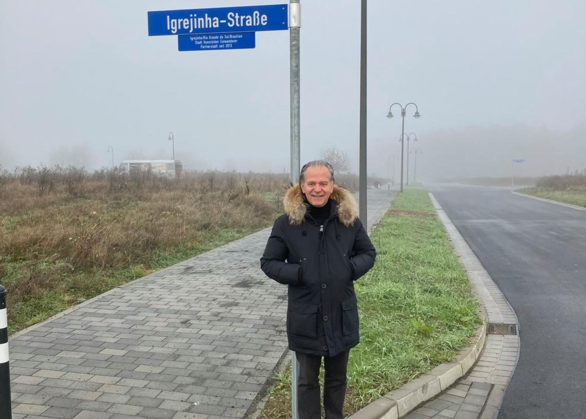 Prefeito de Simmern ao lado da placa que carrega o nome de Igrejinha Foto: Divulgação