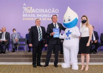 Bolsonaro com o Zé Gotinha | Foto: Isac Nóbrega/PR