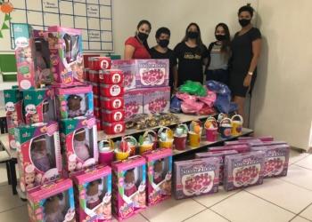 Professoras da EMEI Vovô Ritter em registro com os novos brinquedos da escola Foto: Divulgação/SME