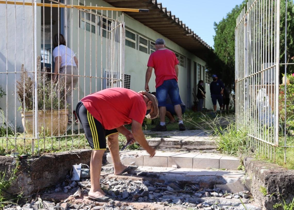 Voluntários trabalhando no futuro Centro Covid (Foto: Cris Vargas/Prefeitura de Taquara)