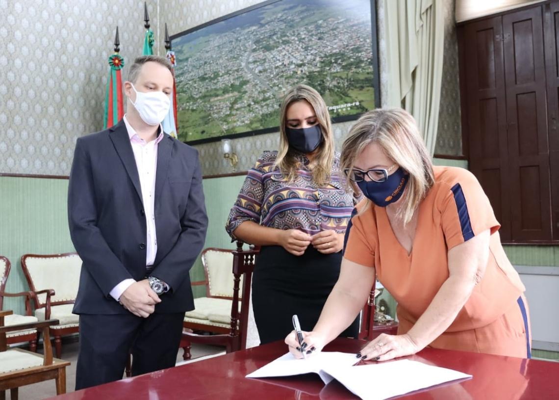 Procurador Jurídico do Município, Thiago Feltes, secretária Carla e prefeita Sirlei assinaram edital nesta sexta-feira Foto: Cris Vargas