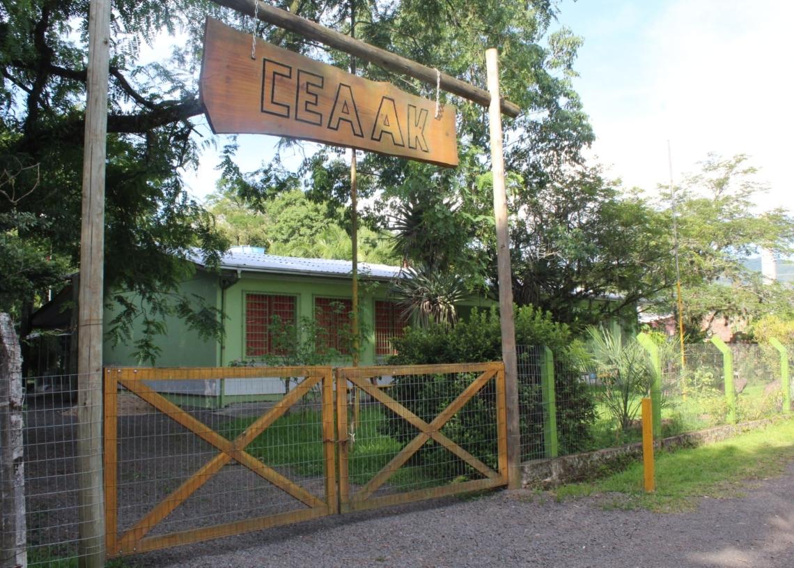 Instalação será realizada por escola; primeiro prédio a receber as placas foi o CEAAK Fotos: Lilian Moraes/Divulgação