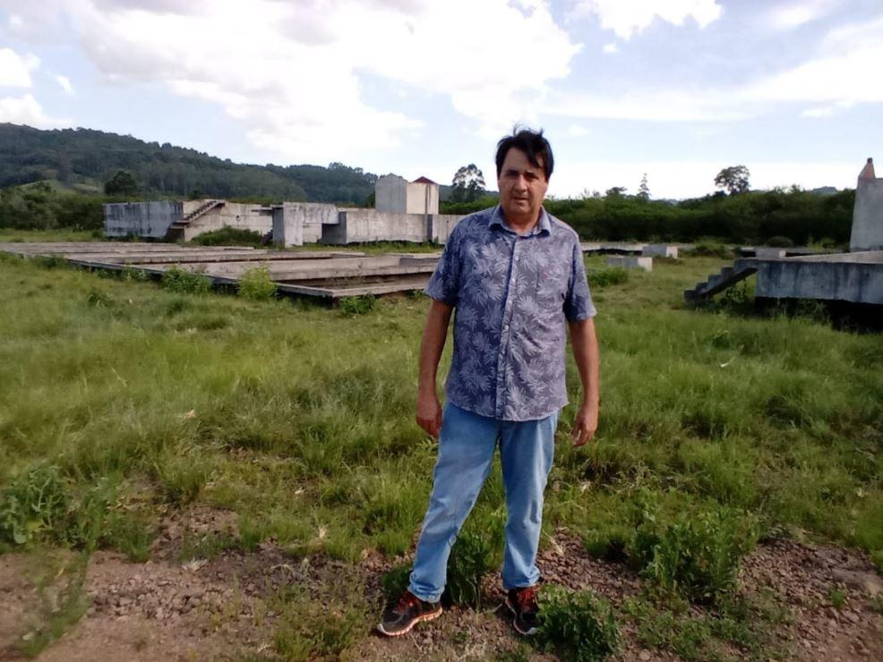 Prefeito Pedro Rippel em visita ao terreno onde foi iniciada a Estação de Tratamento de Esgoto da cidade Foto: Edna Cardoso