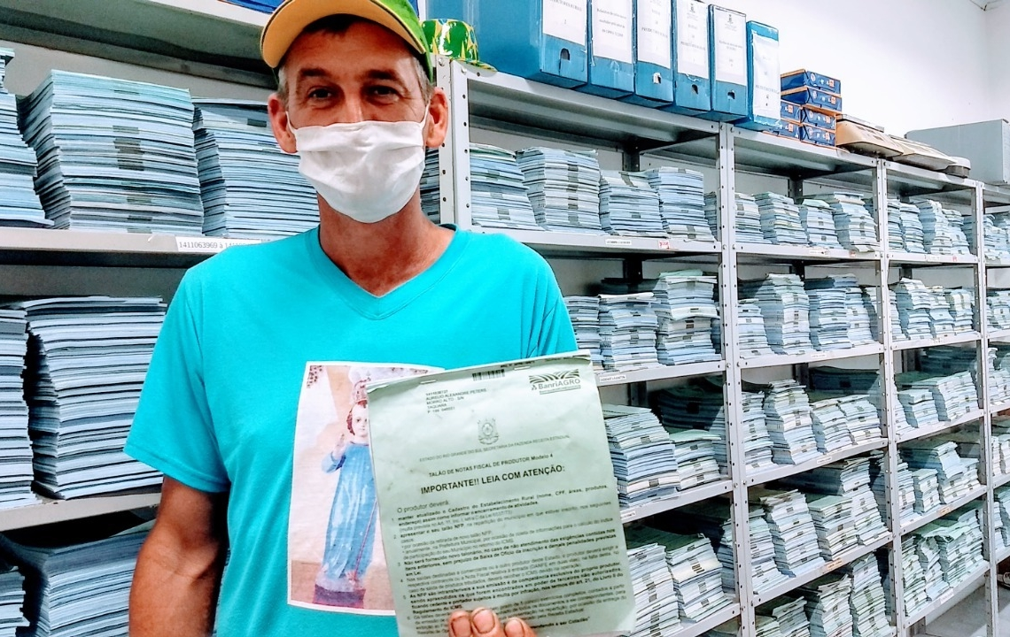 O produtor Aurélio Alexandre Peters, da localidade de Morro Alto, mostra o seu bloco durante orientação no Departamento de Agricultura - Créditos de imagem: Magda Rabie