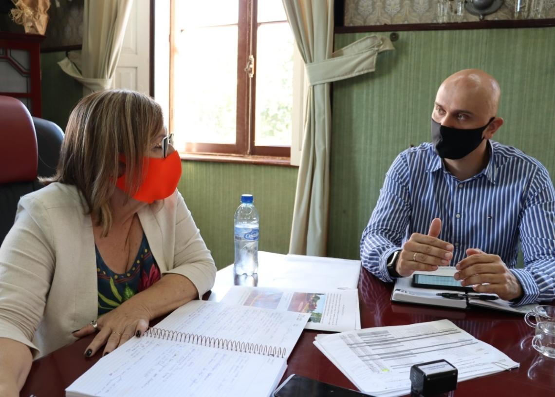 Prefeita Sirlei e o secretário Rafael durante reunião para o lançamento da campanha. Foto: Cris Vargas/Prefeitura de Taquara