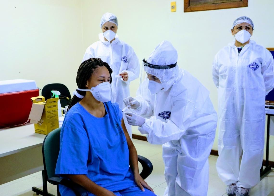 Vacinação em profissionais da UTI Covid do Hospital Bom Jesus. Foto: Cris Vargas