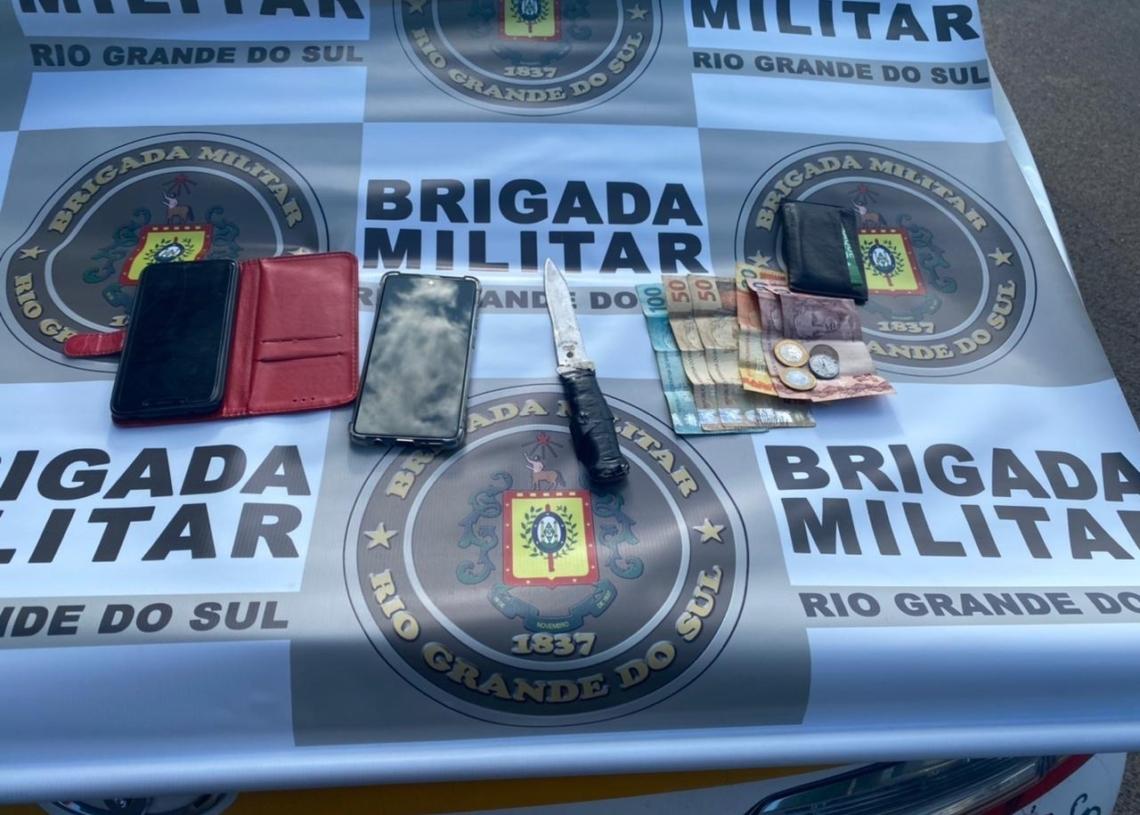 Apreensões feitas com os criminosos presos no domingo (Foto: Brigada Militar)