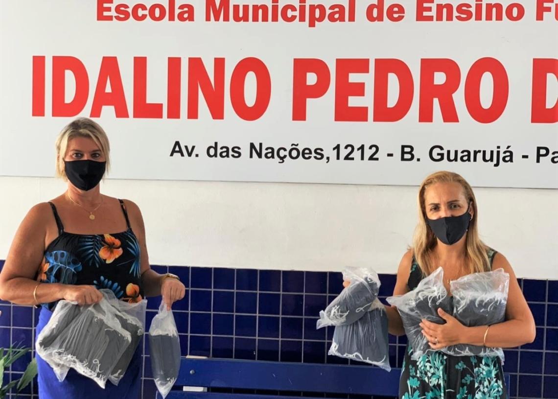 Equipe da escola Idalino Pedro da Silva recebendo os materiais Fotos: Prefeitura de Parobé/Divulgação