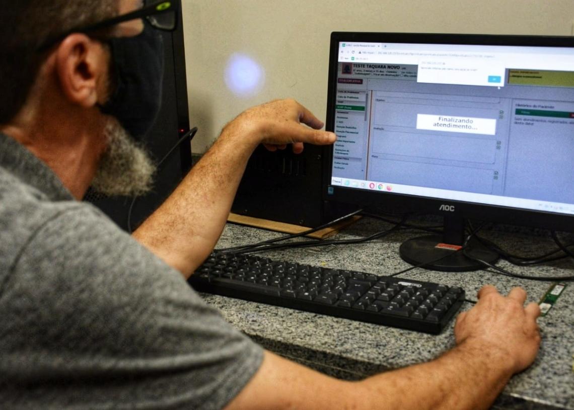 Paulo Linden, funcionário de TI da Prefeitura, explica sobre o novo sistema. Créditos: Magda Rabie